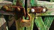 Lack entfernen von einem alten Gartentor aus Holz