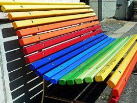 Heimwerker Tipps für den Garten: Regenbogen Gartenbank