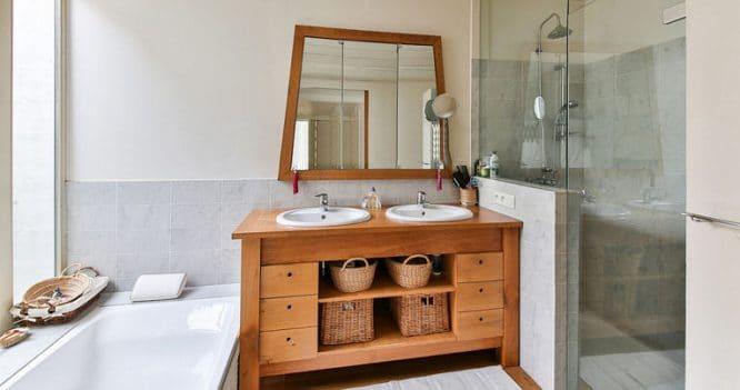 Holz im Badezimmer ölen lohnt sich, weil die Feuchtigkeit vom Holz wieder abgegeben werden kann.
