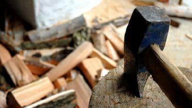 Holz spalten mit Act und Hauklotz