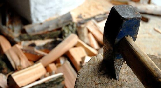 Holz hacken mit Axt und Hauklotz