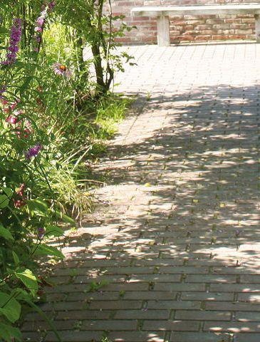Ein Pflaster Weg im Garten braucht nur ein flaches Schotterbett