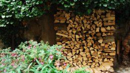 Brennholz im Freien stapeln
