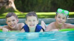 Kinder - im Pool spielen.