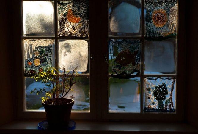 Solch ein schönes altes Fenster zu streichen lohnt sich besonders.