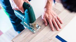 Heimwerker sägt mit Stichsäge