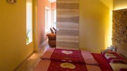Schlafzimmer Farbe: Nicht weiß oder schwarz, sondern sanfte Farben wie ein leuchtendes Gelb.