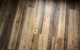 stark gemaserter Holzboden