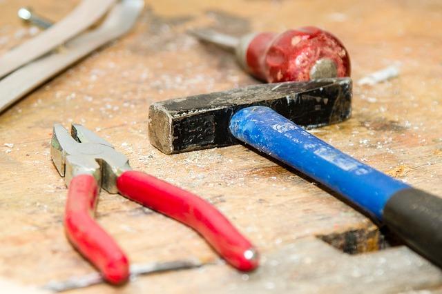Werkzeug für jedermann - Hammer Zange Schrauber