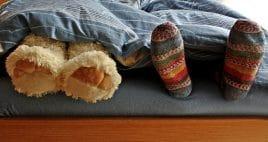 Kind und Teddy im Bett