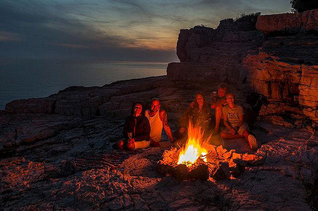 Eine Feuerstelle kann natürlich auch ein Lagerfeuer werden