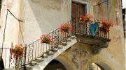 Schöne alte Treppe aus Stein als Zugang zum Hauseingang