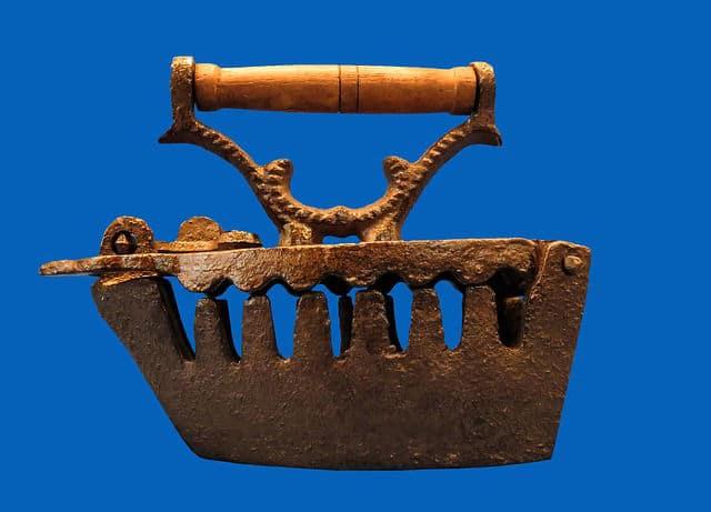 Bilder auf Holz: Bügeleisen gab es schon in der Antike