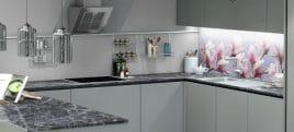 Schöne Küchenrückwand mit Magnolien-Blüten