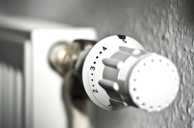 Mögliche Fehlerquelle hinter dem Thermostat der Heizung suchen