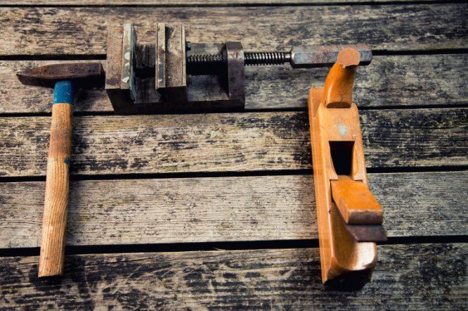 Hammer Hobel und Schraubzwinge aufbewahren