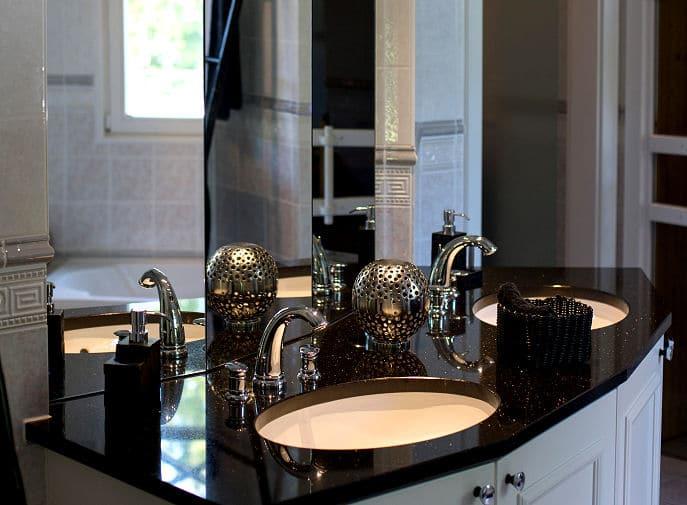 Waschbecken im modernen Bad