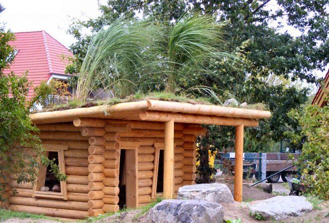 Blockhaus mit Grasdach