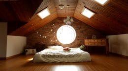 Gemütliches Schlafzimmer unter dem Dach