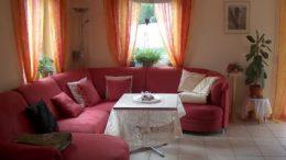 Leuchtend violett bis pinke Farben für Kissen, Sofa und Gardine