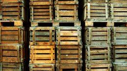 Viele Weinkisten aus Holz sehen fast schon wie ein Raumteiler aus