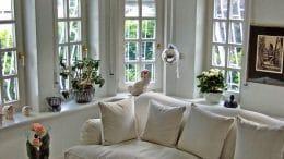 Plissee als Sonnenschutz - welche Farbe passt in dieses Wohnzimmer?