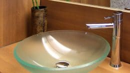 Ein Badezimmer kann man zum Beispiel mit Holz schön wohnlich gestalten