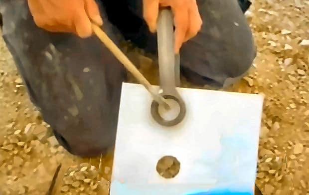 Fliesen richtig schneiden: mit dem Fliesenhammer hämmern Sie das Loch aus der Fliese heraus.