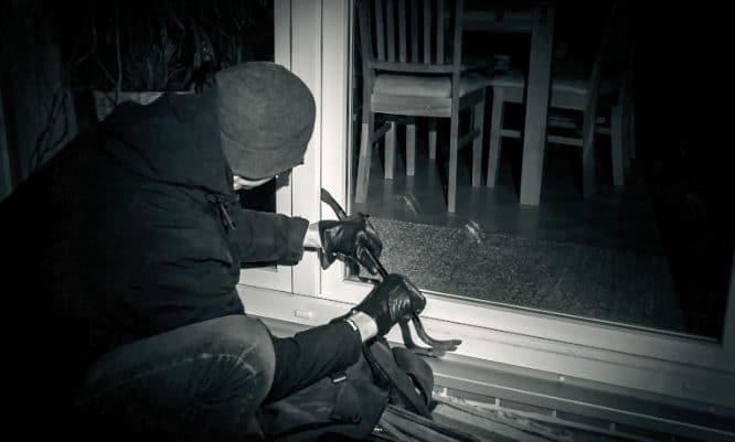 Einbrecher in dunkler Nacht
