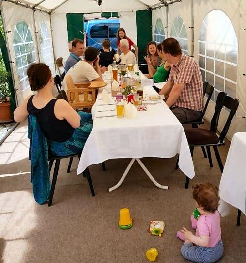 Sitzplatz überdachen mit Party-Zelt.