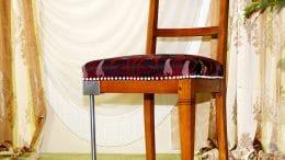Dem Stuhl fehlt ein Bein - und schon hat der Hobbyhandwerker wieder eine Baustelle.