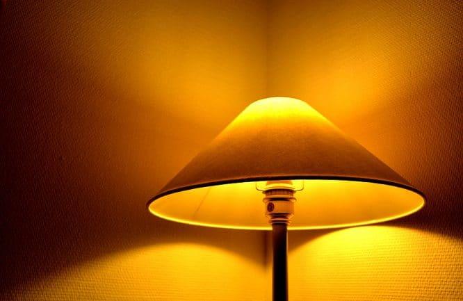 Schutz vor Einbrechern: Im Urlaub Licht - am Besten per Zeitschaltuhr - brennen lassen.