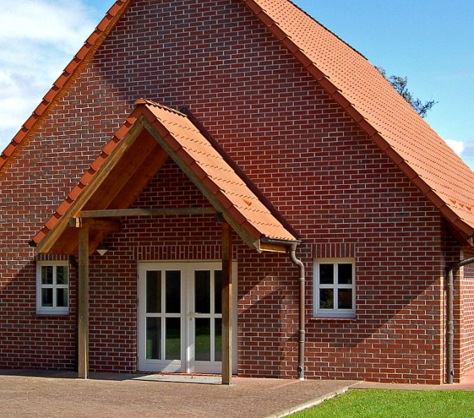 Großes Vordach über der Haustür aus Dachziegeln