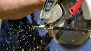 Arbeitskleidung für Handwerker ist bei Maschinenarbeiten ein Muss