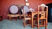 Massiv gearbeiteter Tisch und Stühle sind echte Holzhelden