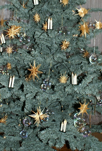 Weihnachtsbaumschmuck selbst basteln aus Strohsternen