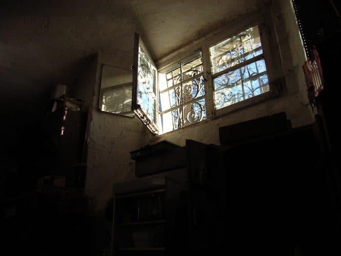 Kellerfenster eines Einfamilienhauses sollten gut gesichert sein, um zuhause sicher zu sein.