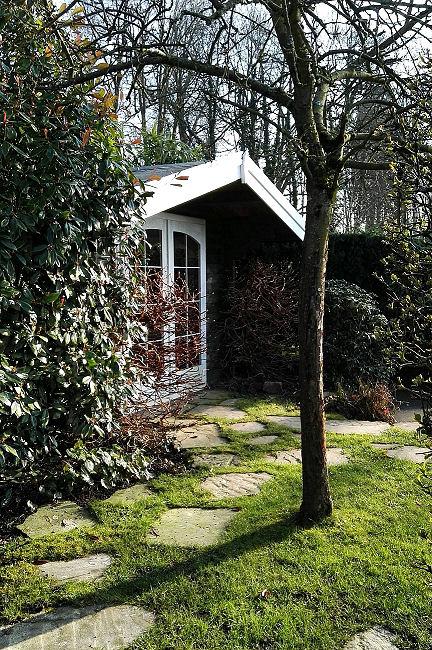 Ist so ein Gartenhaus klein, kann man es ganz gut im Garten verstecken.
