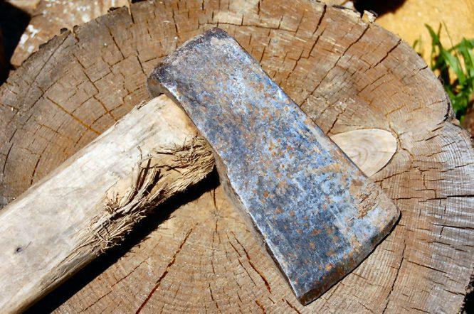 Gebrauchtes Werkzeug - zum Beispiel eine alte Axt