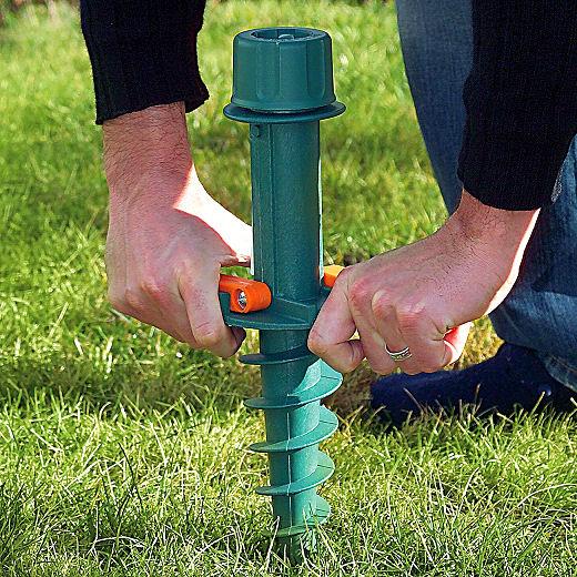 Sonnenschirm richtig aufstellen mit einem Bodendübel - ist nur für Rasen geeignet