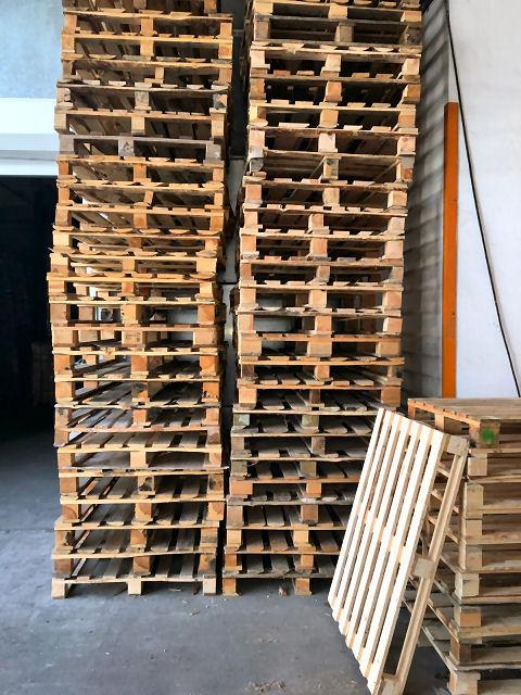 Upcycling-Ideen: Aus Holzpaletten können Sie zum Beispiel Regale bauen.