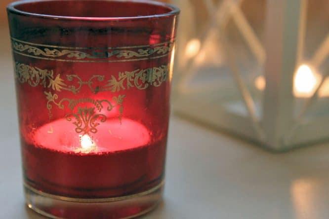 Upcycling-Ideen: Teelicht Halter aus rot-goldenem Glas