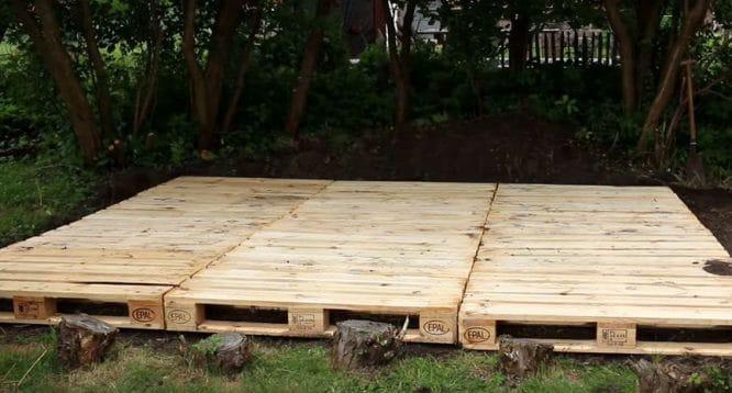 Eine Terrasse aus Paletten bauen.