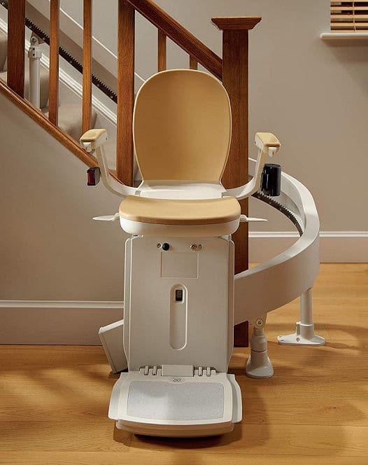 Behindertengerechtes Bauen: Treppenlift in Warteposition