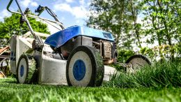 Rasen mähen mag nicht jeder und ist eine ganze Menge Arbeit bei einer großen Grünfläche.