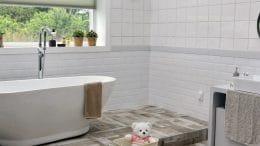 Ein neues Bad mit Fenster und Badewanne