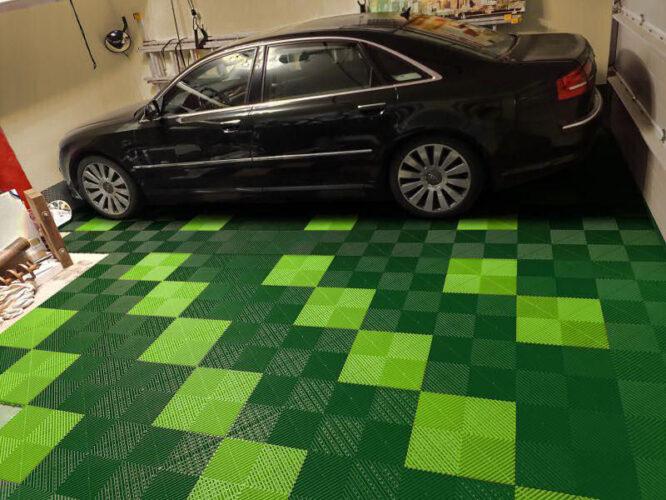 Garagenboden aus grünen Kunststofffliesen