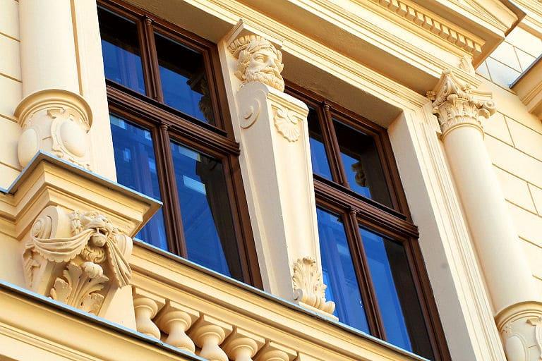 Schöne Fassade mit Stuckelementen