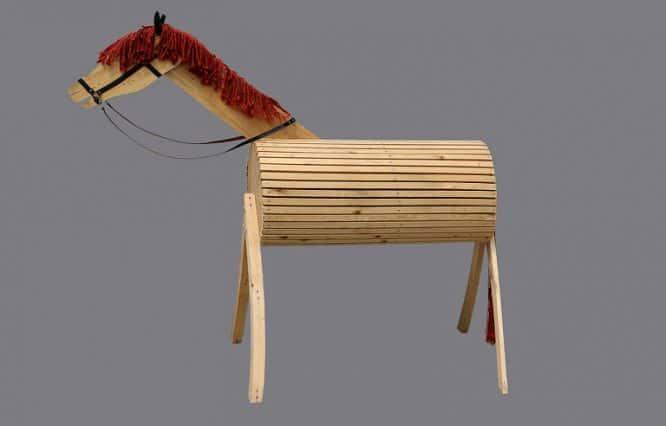 Der runde Bauch von diesem Holzpferd erinnert an das Trojanische Pferd.