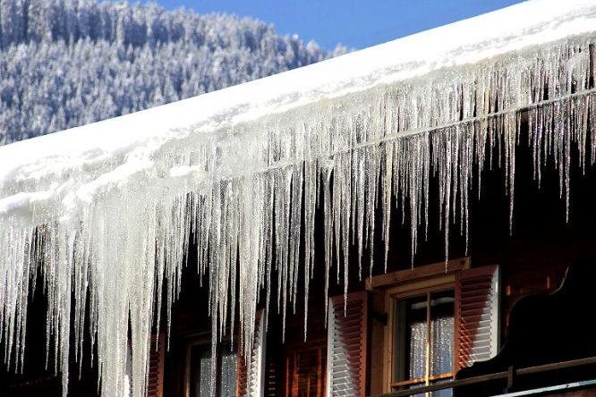 Eine Dachrinnenheizung verhindert Einfrieren.